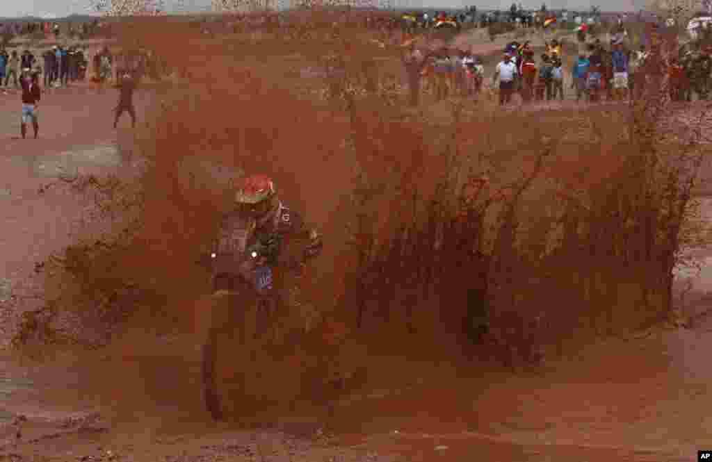 Pebalap Bolivia, Juan Carlos Salvatierra mengikuti etape ke-7 lomba balap 'Dakar' yang menempuh rute antara kota Salta, Argentina dan Uyuni, Bolivia.