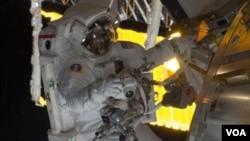 El astronauta Danny Olivas en el espacio. Él y la astronauta Nicole Stott removieron un tanque de amoníaco y, el jueves, instalarán uno nuevo y más grande. Olivas and Stott also retrieved the European Technology Exposure Facility and Materials Internat