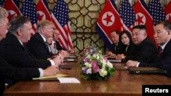 Predsjednik SAD Donald Trump i američki državni sekretar Mike Pompeo razgovaraju sa sjevernokorejskim liderom Kim Jong Unom i drugim sjevernokorejskim zvaničnicima, Hanoj, 28. februar 2019.