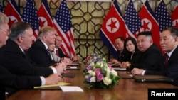 Predsednik SAD Donald Tramp i američki državni sekretar Majk Pompeo razgovaraju sa severnokorejskim liderom Kim Džong Unom i drugim severnokorejskim zvaničnicima, Hanoj, 28. februar 2019.