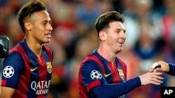 Bintang Barcelona Neymar (kiri) dan Lionel Messi merayakan kemenangan semifinal pertama atas Bayern Munich di stadion Camp Nou, Barcelona dengan skor 3-0 (6/5).