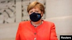 德国总理默克尔在议会上院讲话后戴着口罩离开。(2020年7月3日)