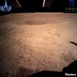 Foto permukaan bulan (yang tidak tampak dari Bumi) yang dikirim oleh pesawat antarika China Chang'e-4, 4 Januari 2019.