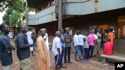 People queue to cast their votes during Presidential elections in Bambeto neighbourhood of Conakry, Guinea, Oct. 11, 2015.