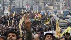 تظاهرات کنندگان با حمل پرچم های سفید و زرد حزب کردی صلح و دموکراسی، و با حمل نمادهای حزب پ کاکا که در ترکیه غیر قانونی است، به تصمیم هیئت عالی انتخابات ترکیه اعتراض می کنند. حزب اصلی کردی ترکیه تهدید کرده است که در انتخابات پارلمانی ماه ژوئن شرکت نمی کند-