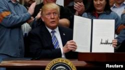 美国总统川普3月8号在白宫签署对进口钢铝产品征收关税的文件