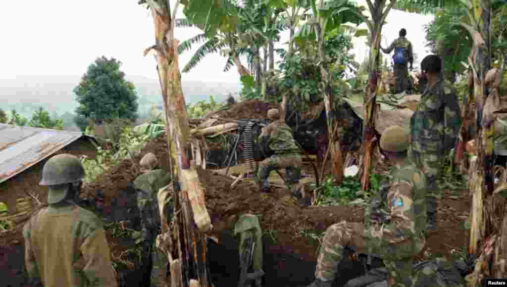 سربازان ارتش کنگو در حال موضعگیری برای حمله به شورشیان گروه موسوم به ام-۲۳. گروه ام-۲۳ پس از آن که آخرین پایگاههایش به دست ارتش افتاد، اوایل ماه نوامبر خواستار پایان دادن به شورش بیست ماهه شد.