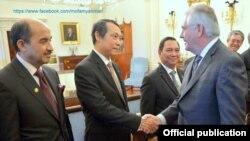 ၀န္ႀကီး Tillerson က ျမန္မာသံအမတ္ႀကီး ဦးေအာင္လင္းအား လက္ဆဲြႏွဳတ္ဆက္ေနစဥ္ (မတ္လ ၁၀ ရက္ ၂၀၁၇ ခုႏွစ္)