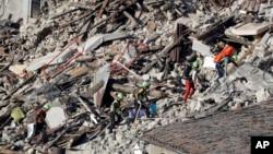 救援人员在废墟中进行搜救。