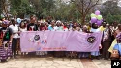 Para aktivis perempuan dari Kenya, Uganda, Tanzania, Rwanda dan Burundi mengikuti aksi unjuk rasa untuk memrotes praktik mutilasi genital perempuan (FGM), pernikahan dini, pelecehan seksual dan KDRT dalam aksi di Nairobi, Kenya (foto: dok).