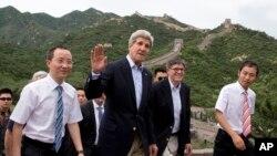 8일 중국을 방문한 존 케리 미국 국무장관(가운데)과 제이콥 루 재무장관(오른쪽)이 만리장성에서 사진기자들을 향해 손을 흔들고 있다.