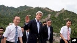 美国国务卿克里(中)和商务部长雅各布•卢(右二)7月8日登上北京长城八达岭