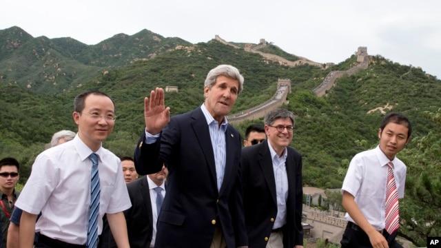 美国国务卿克里(中)和商务部长雅各布•卢(右二)7月8日登上帝都长城八达岭