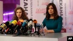 Мария Алехина и Надежда Толоконникова на пресс-конференции в Москве, 27 декабря 2013г.