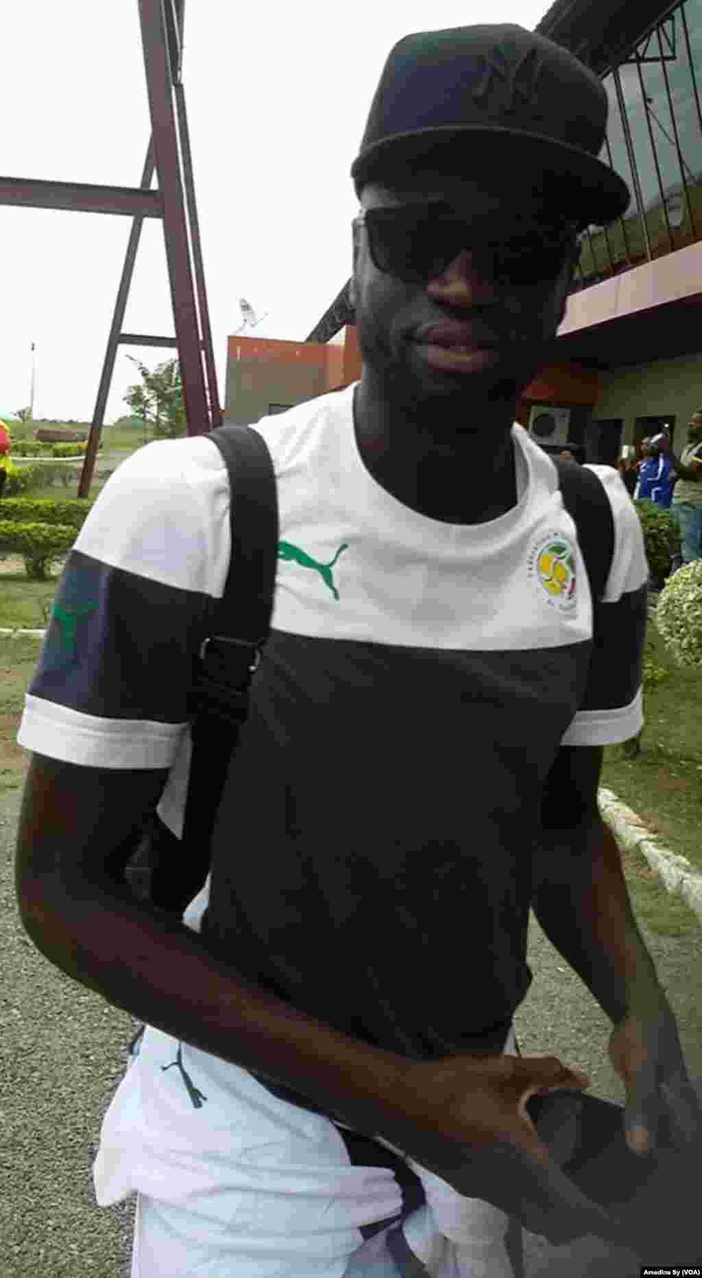 Cheikhou Kouyate, capitaine du Senegal, arrive à Franceville, Gabon, le 12 janvier 2017 (VOA/Amedine Sy)