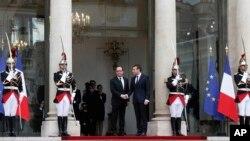 Prezidentlik muddati tugagan Fransua Olland (markazda chapda) va yangi saylangan Prezident Emmanuel Makron, Yelisey saroyida inauguratsiya paytida, Parij, 14-may, 2017-yil