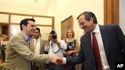 Leader of the New Democracy conservative partyທ່ານ Antonis Samaras, ເບື້ອງຂວາ ຜູ້ນໍາພັກປະຊາທິປະໄຕໃໝ່ຂອງກຣິສ ຈັບມືກັບທ່ານ Alexis Tsipras,ຫົວໜ້າພັກ Syriza ຂອງກຣິສ. ວັນທີ 18 ມິຖຸນາ 2012..