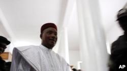 Rais wa Niger Mahamadou Issoufou akijiandaa kupiga kura yake.