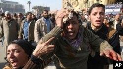 Un manifestant blessé au Caire. Mercredi 2 février 2011.