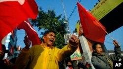 Para buruh melakukan aksi mogok di Katmandu, Nepal (foto: dok). Aliansi partai oposisi Nepal menyerukan blokade transportasi 9 hari.