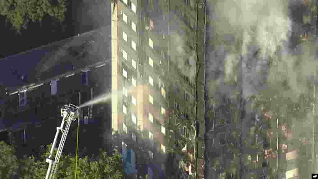 La Grenfell Tower entièrement submergée par les flammes,à Londres, le 14 juin 2017.