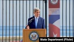 지난해 8월 쿠바 아바나의 미 대사관에서 열린 성조기 계양 행사에서 존 케리 미 국무장관이 연설하고 있다. (자료사진)