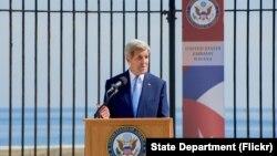 Menlu AS John Kerry memberikan pidato ketika menghadiri pembukaan kembali kedutaan AS di Havana, Kuba, 14 Agustus 2015 lalu (foto: dok).