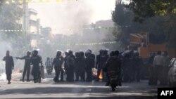 3일 이란 수도 테헤란 중심가에서 이란 리알화 급락에 항의하는 시위대를 막아선 경찰.