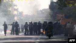 Polisi anti huru-hara Iran siaga setelah membubarkan demonstrasi warga Teheran yang memprotes kenaikan harga-harga (3/10).