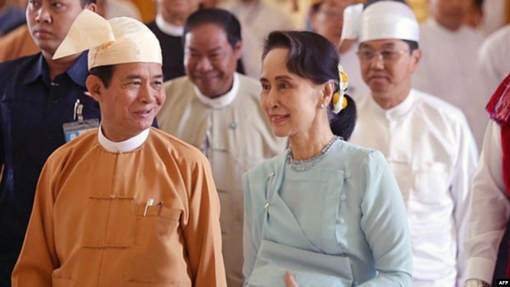 Bà Aung San Suu Kyi (phải) song hành cùng tân tổng Thống Win Myint trong lễ nhậm chức ở thủ đô Naypyidaw, Myanmar, vào ngày 30/3/2018.