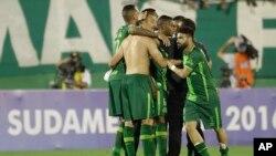 ພວກນັກເຕະບານທີມ Chapecoense ຂອງບຣາຊີລ ສະເຫຼີມສະຫຼອງ ໃນຕອນສຸດທ້າຍ ຂອງການແຂ່ງຂັນ ຮອບຮອງຊະນະເລີດ ເອົາຂັນ Copa Sudamericana ລະຫວ່າງ ຄູ່ແຂ່ງທີມ San Lorenzo ຂອງອາເຈັນຕີນາ ໃນເມືອງ Chapeco ຂອງບຣາຊີລ, ວັນທີ 23 ພະຈິກ 2016.