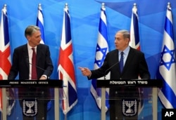 Visiting British Foreign Secretary Philip Hammond, left, and Israeli Prime Minister Benjamin Netanyahu hold a joint press conference in the prime minister's office in Jerusalem, July 16, 2015.