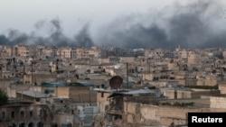 Khói bốc lên sau những trận không kích vào khu vực bị phiến quân chiếm giữ al-Sakhour, Aleppo, Syria, ngày 29 tháng 4 năm 2016.