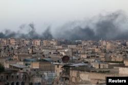 ຄວັນພຸ້ງຂຶ້ນສູ່ທ້ອງຟ້າ ຫຼັງຈາກການໂຈມຕີທາງອາກາດ ຕໍ່ເຂດຄຸ້ມ al-Sakhour ທີ່ເປັນໝັ້ນຂອງກຸ່ມຕໍ່ຕ້ານລັດຖະບານຊີເຣຍ ໃນເມືອງ Aleppo ຂອງຊີເຣຍ, ວັນທີ 29 ເມສາ 2016.