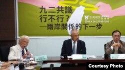 """""""新台湾国策智库""""2016年4月26日发表最新民调报告。左一为辜寬敏。(照片由新台湾国策智库提供)"""
