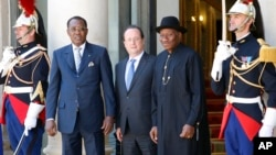 5月17日,法國總統奧朗德(中),尼日利亞總統喬納森(右)和乍得總統代比(左)在巴黎與其他國家領導人會晤,商討應對博科聖地問題。