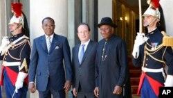 尼日利亚总统乔纳森(右),法国总统奥朗德(中)和乍得总统在巴黎爱丽舍宫