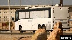 미국 이민세관단속국(ICE)에 체포된 불법이민자들을 태운 버스가 지난 6월 캘리포니아주 빅터빌 연방 교도소에 도착했다.