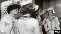 A la izquierda, la pionera del diseño de modas, Coco Chanel, con la actriz germano australiana Romy Schneider.