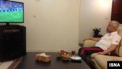 حسن روحانی رئیس جمهوری ایران، در حال تماشای مسابقه فوتبال ایران و نیجریه - دوشنبه ۲۶ خرداد ۱۳۹۳