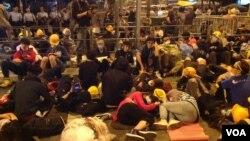 12月1日數千香港學生市民聚會與警方對峙 (美國之音海彥拍攝)