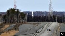 27일 러시아의 새 우주기지 보스토치니에 위성을 실은 소유즈 우주선(가운데)이 발사대에 장착해 있다.