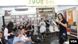 獨立中文筆會會長貝嶺在2014年度頒獎禮致詞(美國之音圖片)