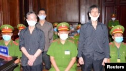 Các nhà báo độc lập Nguyễn Tường Thụy, Phạm Chí Dũng và Lê Hữu Minh Tuấn tại phiên tòa ngày 5/1/2021 tại Tp. Hồ Chí Minh. Photo Tiền Phong