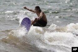 Yükselen dalgalar en çok sörfçülere yarıyor