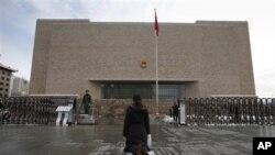 一位女訪民跪在中國一家法院的大門前(資料照片)