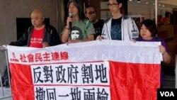 香港社民连前立法会议员梁国雄(左二)申请司法复核西九龙高铁站一地两检是否违宪。 (社民连图片)