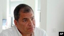 En esta foto del 5 de julio de 2018, el expresidente de Ecuador, Rafael Correa da una entrevista en su casa cerca de Bruselas, en Bélgica. La INTERPOL rechazó el 5 de diciembre, el pedido del gobierno ecuatoriano para emitir una orden internacional de captura contra Correa.