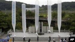 9일 한국 임직각에서 북한을 향해 전단을 살포하기위해 준비중인 탈북자단체 회원들