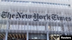 La façade de l'immeuble du New York Times est vu à New York , le 29 Novembre 2010. (REUTERS/Shannon Stapleton)